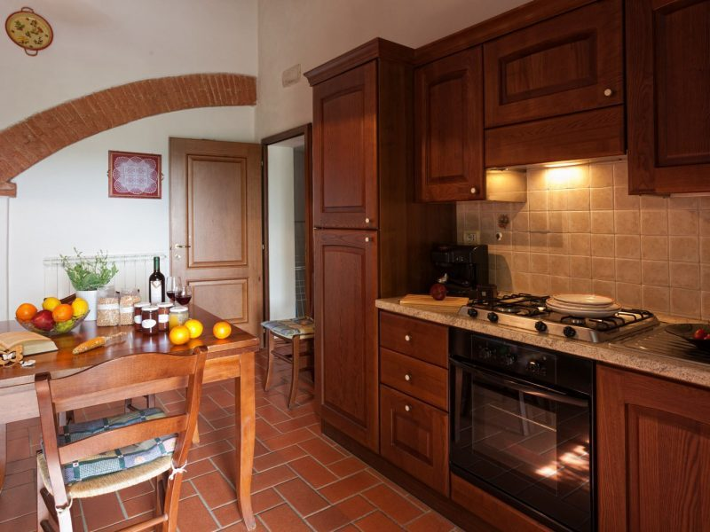 apt n6 38 sqm 2pax dining room with kitchen corner cooker fridge oven a double bedroom and a bathroom with shower a door communicates with - Central Kitchen Lorenzo